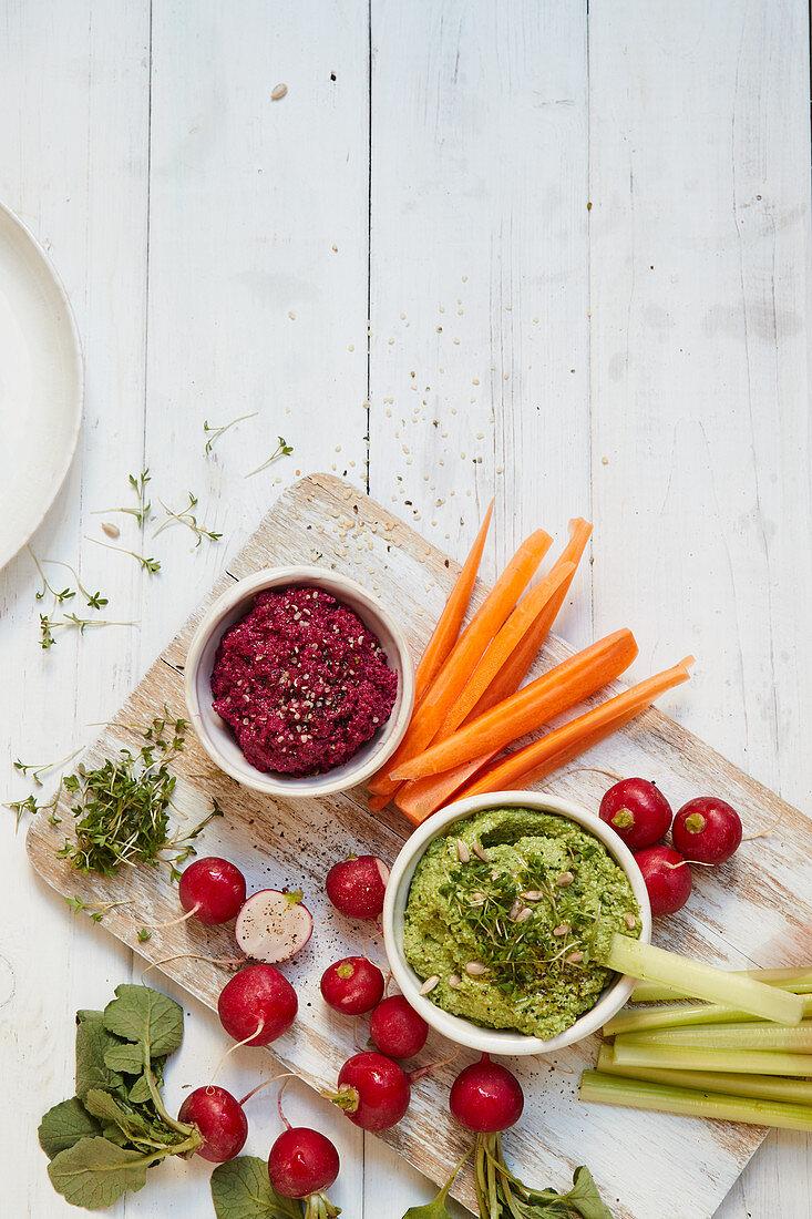 Rote-Bete- und Radieschenblätter-Pesto mit Crudités