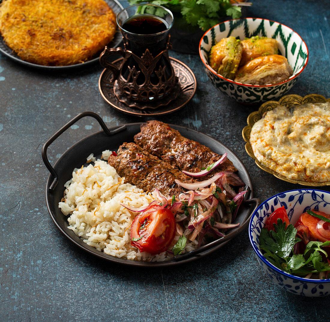 Traditionelle türkische Fleischspiesse mit Reis