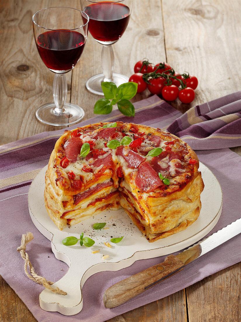 Pikante Pizza-Torte mit Peperoni-Salami und Mozzarella