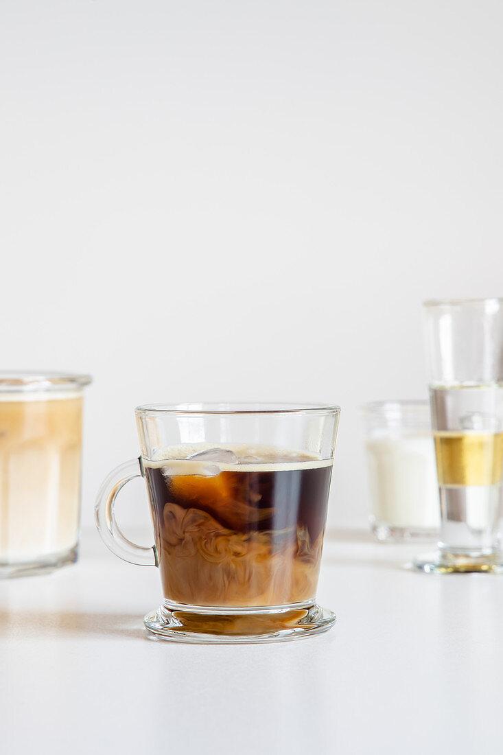 Eiskaffee mit Milch in Glastasse