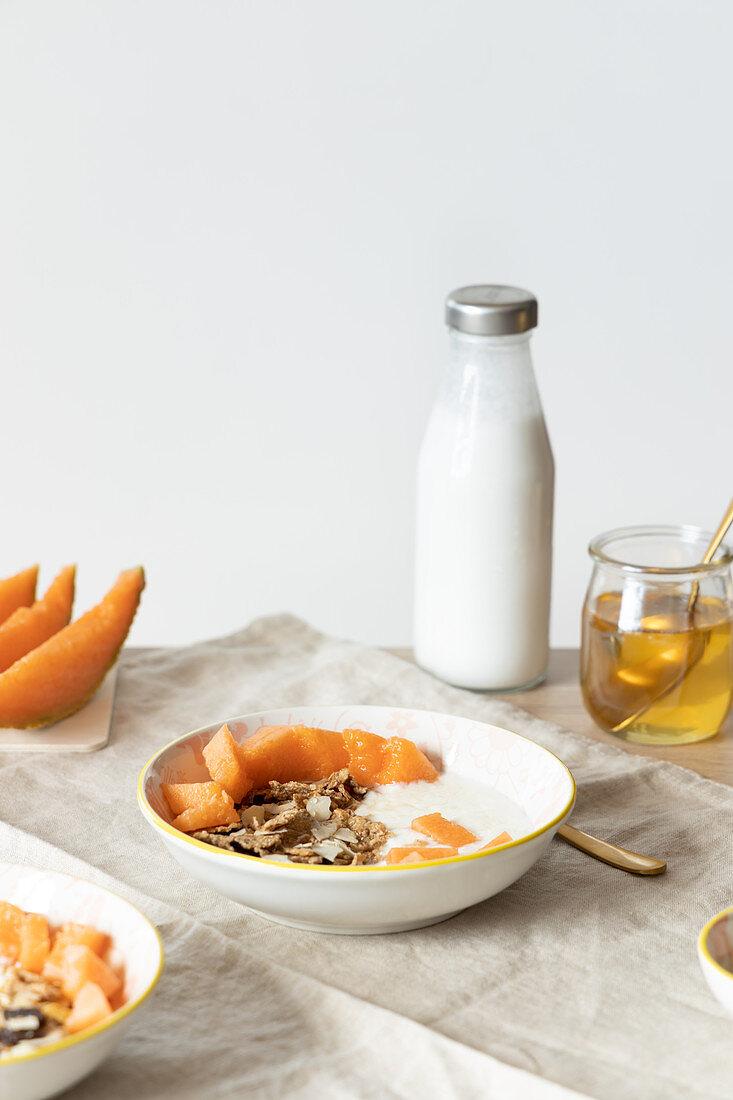 Frühstück mit Müsli, Joghurt und frischer Melone