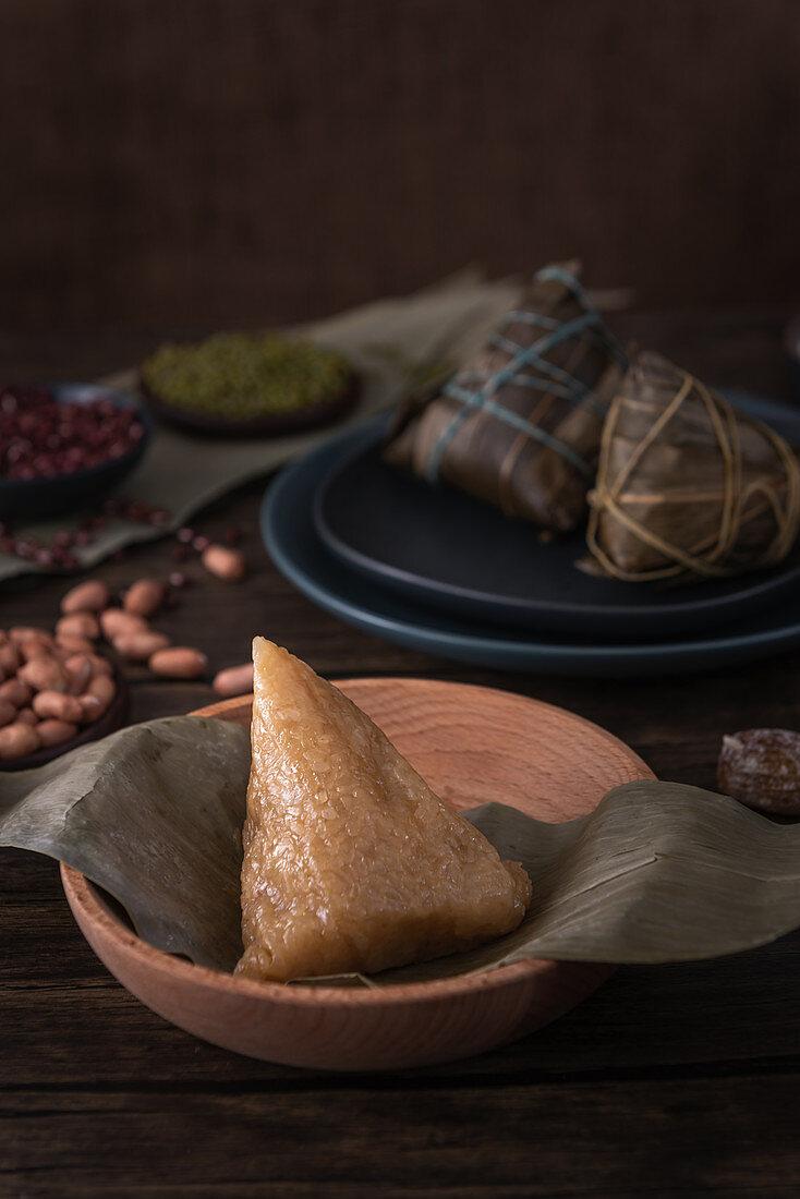 Zongzi (traditionelle chinesische Klebreisbällchen für das Drachenbootfest)