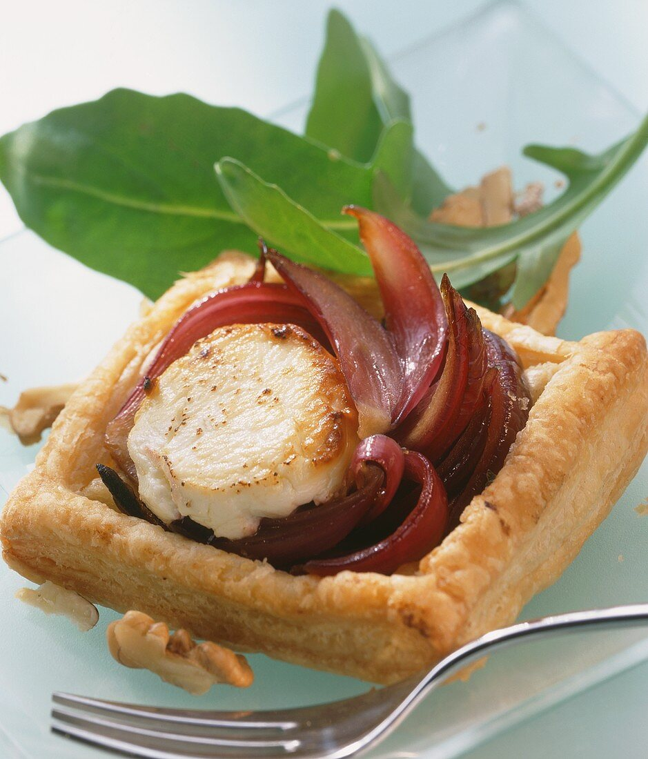Goat's cheese in puff pastry on balsamic onions