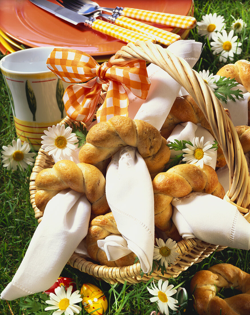 White bread rings as napkin holders in basket