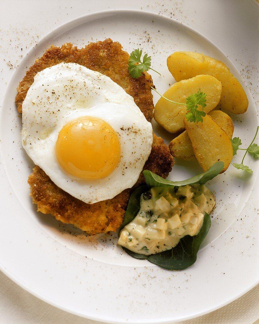 Breaded pork escalope with fried egg & fried potatoes