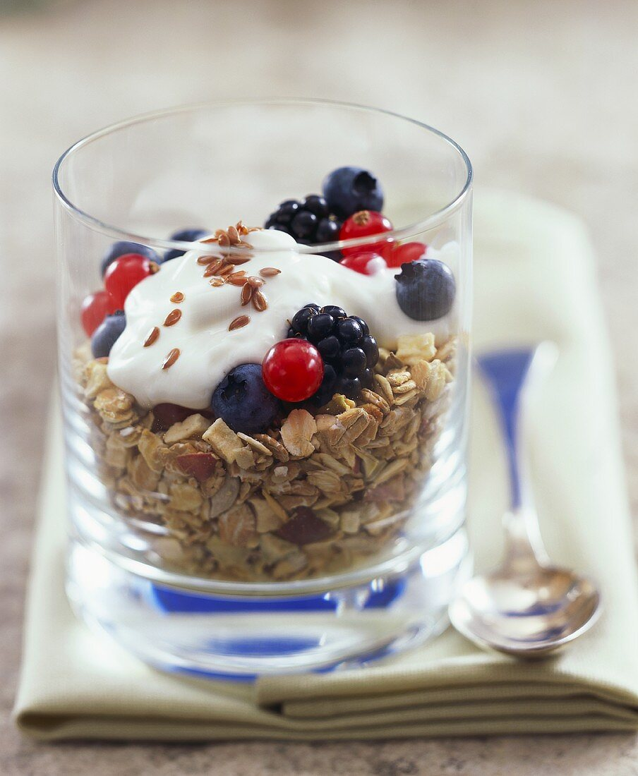 Fibre-rich muesli with berries, yoghurt and linseed