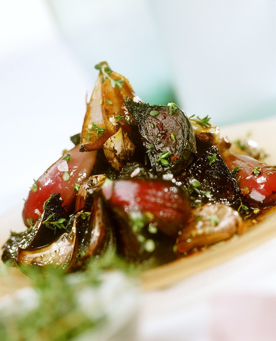 Barbecued onions with beetroot