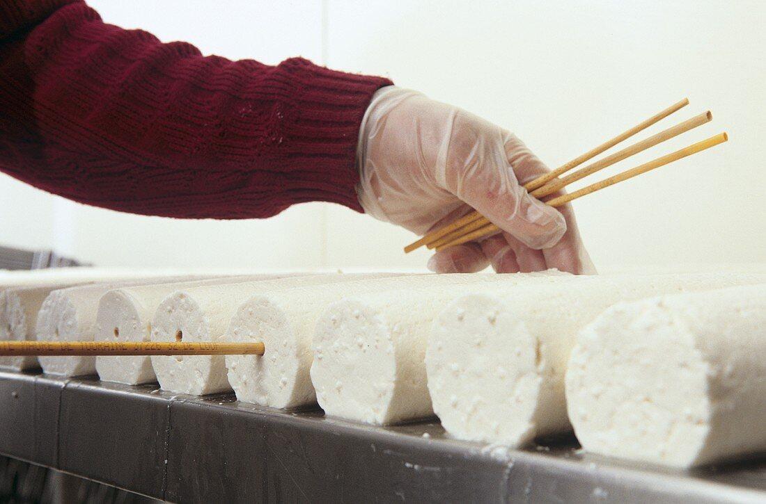 Making Saint-Maure de Touraine (goat's cheese), picture 6