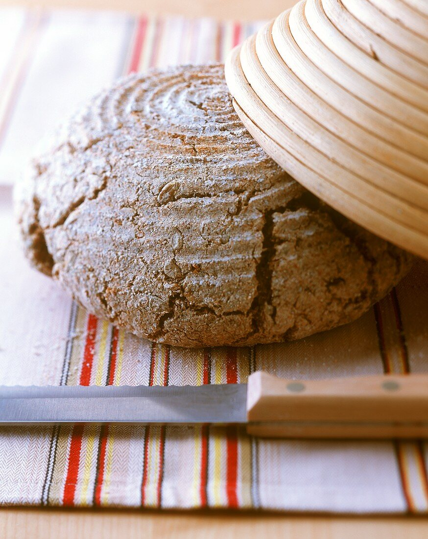 Wholewheat bread with round bread tin and knife