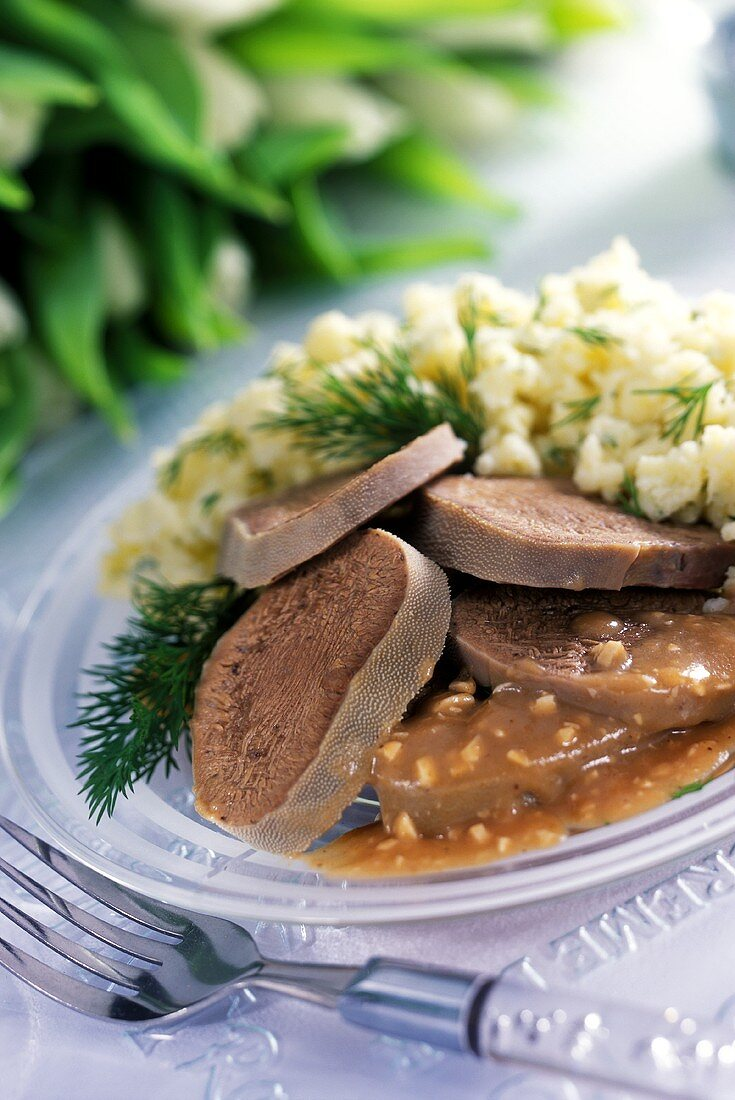 Beef tongue with crushed potatoes and dill