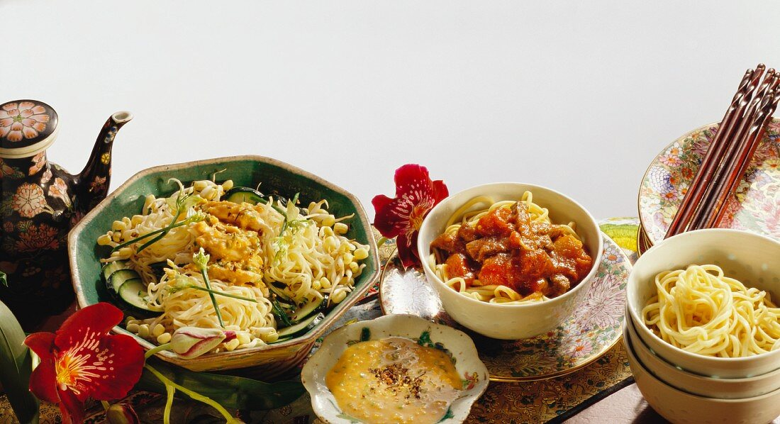 Noodles with beef, tomatoes & noodles with chicken, sprouts