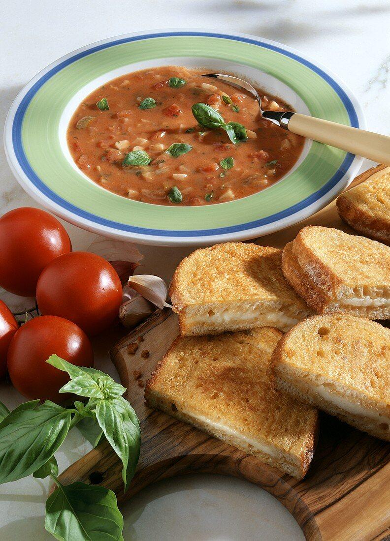 Tomatensuppe und Mozzarella in carozza (Käsetoast)