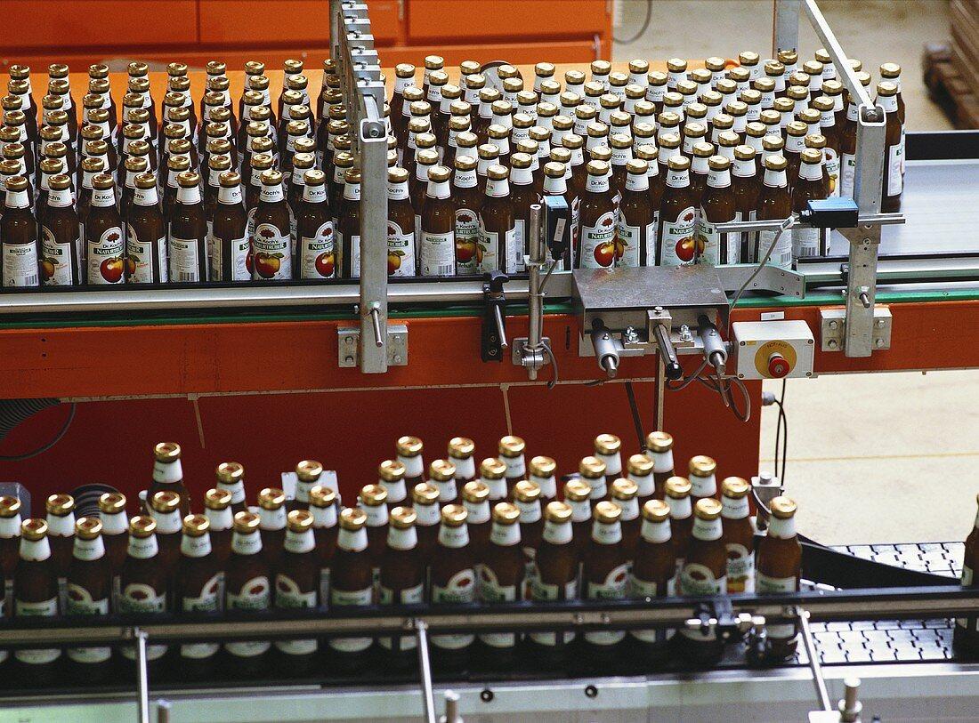 Fruchtsaftflaschen auf Abfüllmaschine in Getränkefabrik