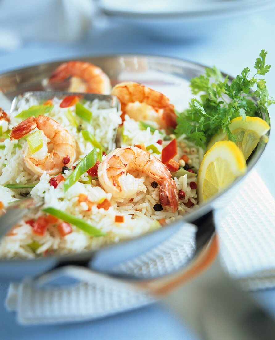 Pan-cooked rice with leeks, peppers and shrimps