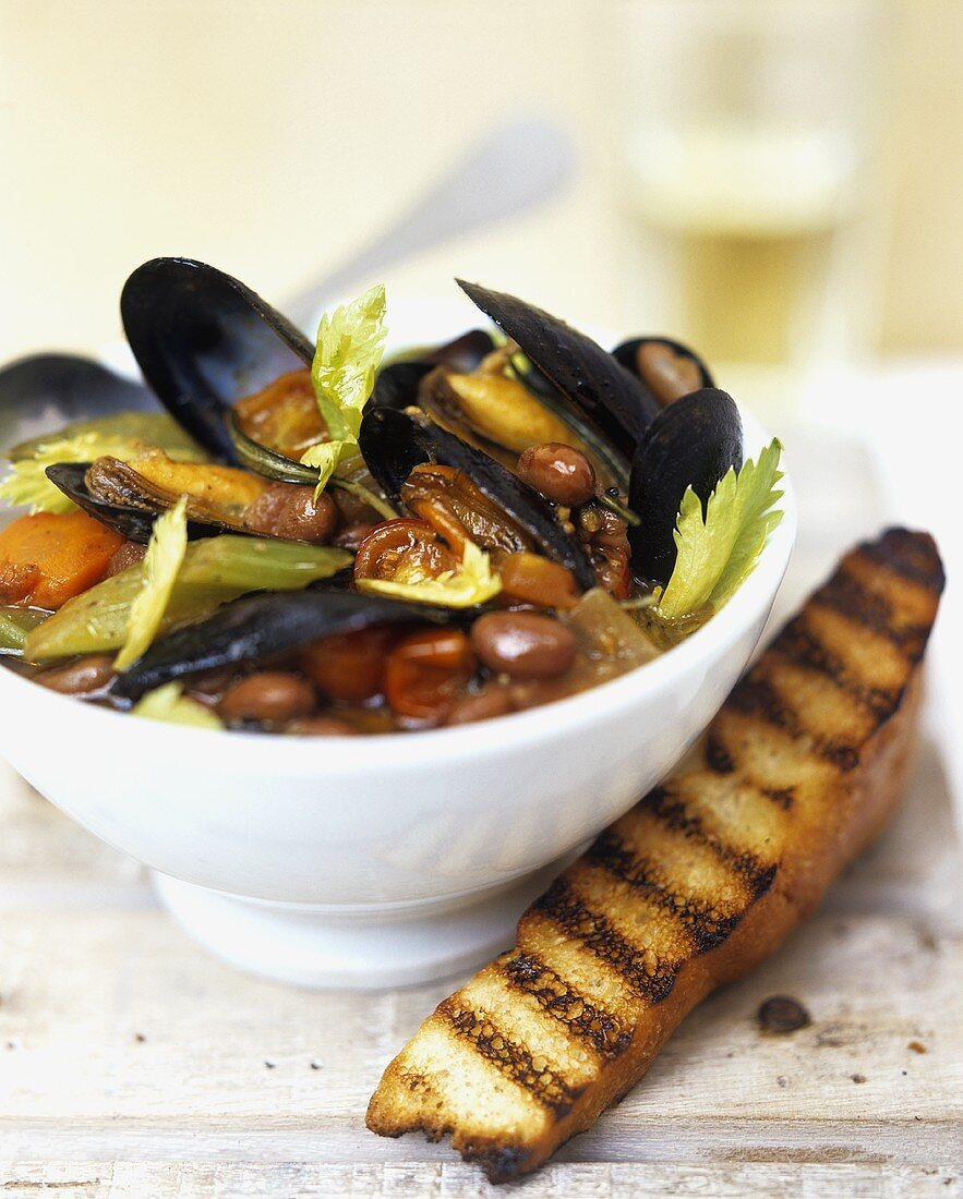 Minestra di fagioli e cozze (bean soup with mussels)