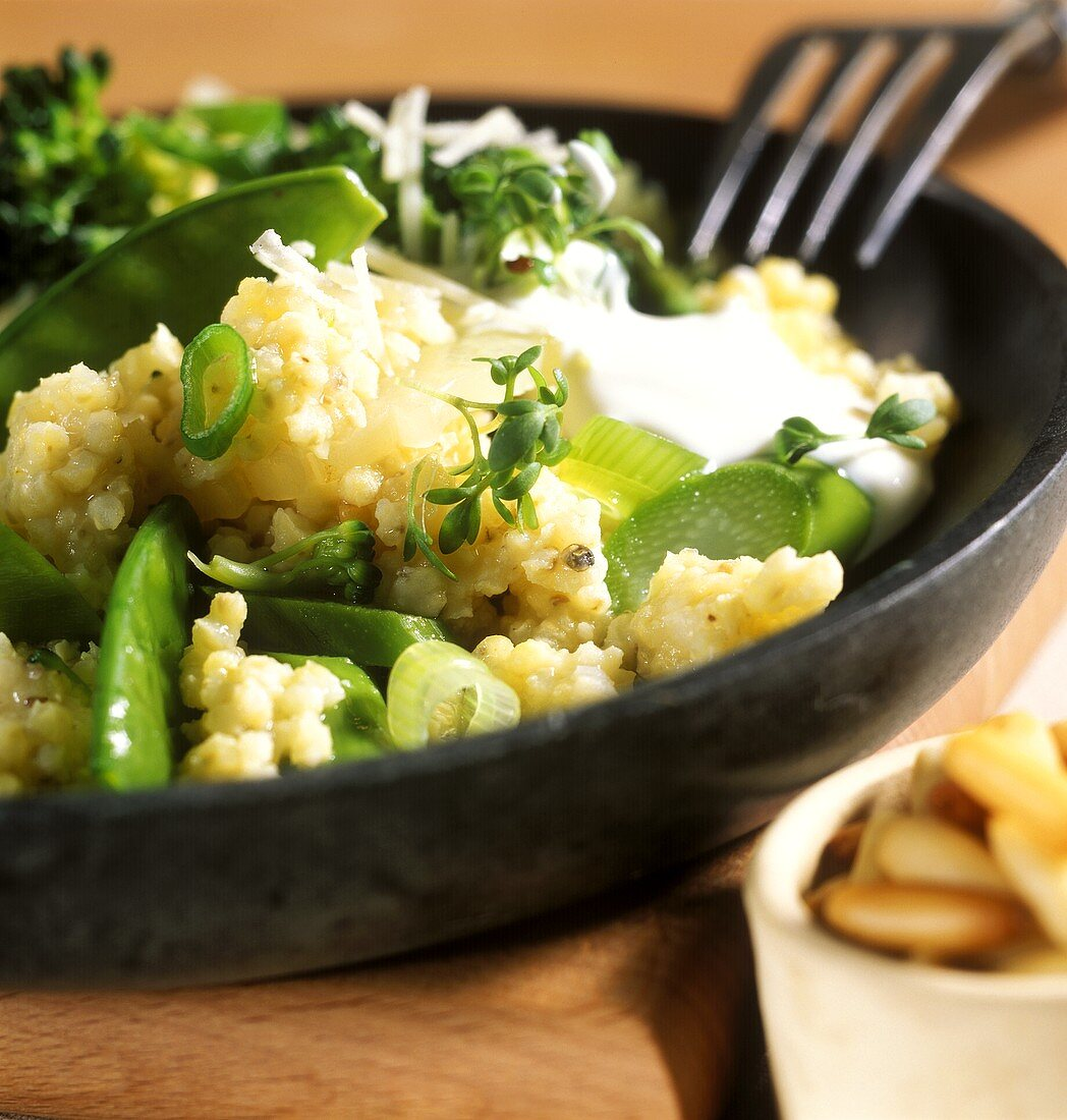 Frühlings-Hirsotto mit grünem Gemüse, Kresse & Joghurt