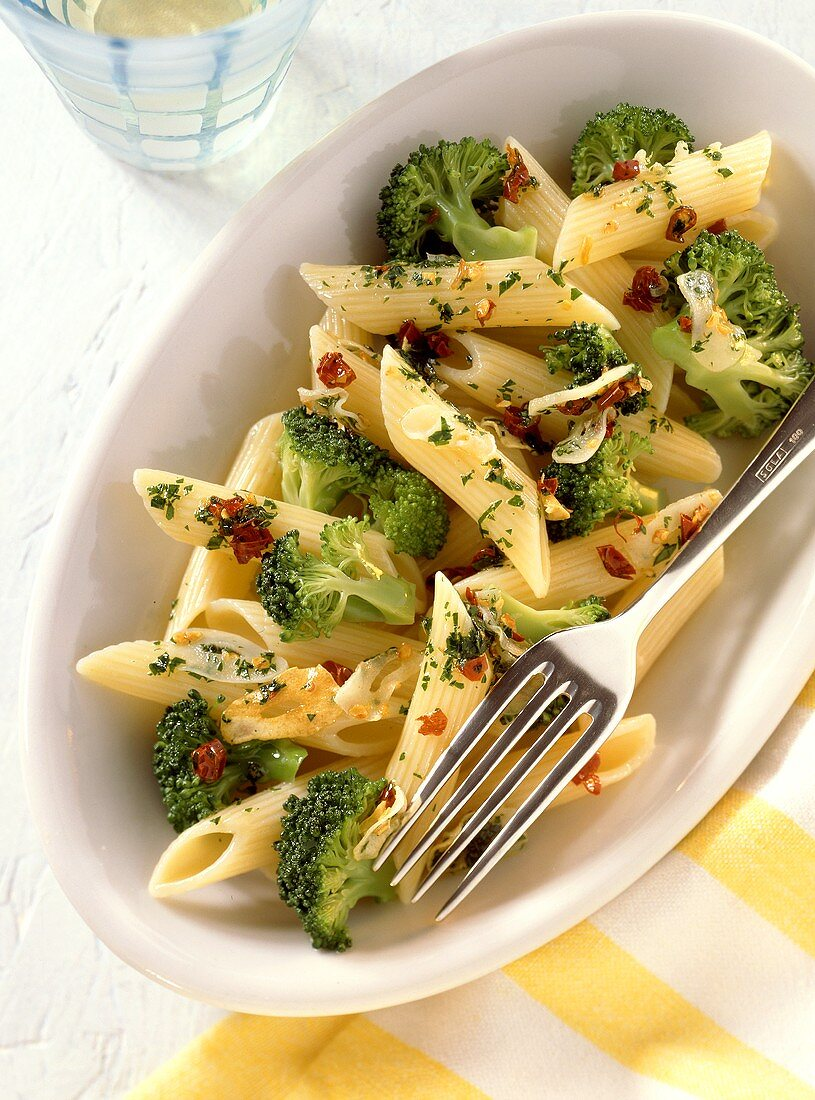 Penne alla pugliese (Penne with broccoli and chili peppers)