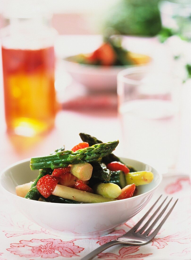 Asparagus salad with strawberries; drinks