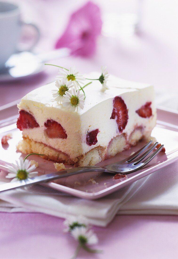 Strawberry tiramisu with daisies