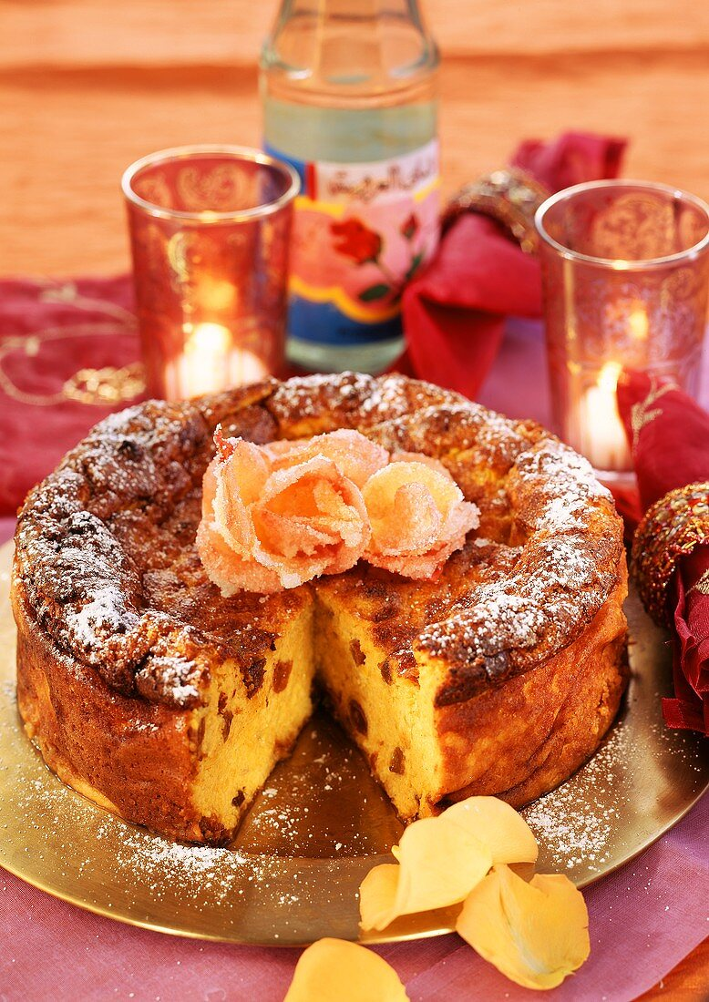 Cheesecake with carrots, raisins and candied roses