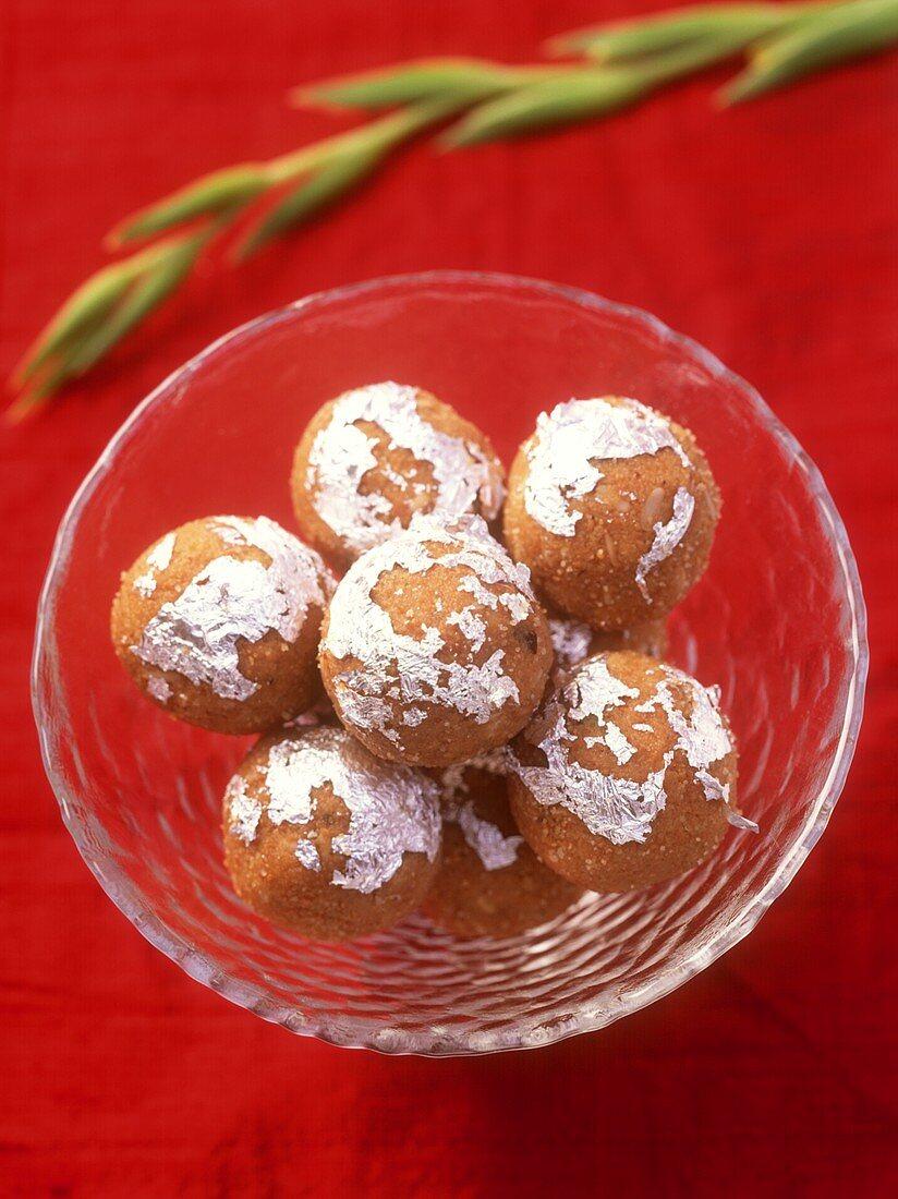 Besan ke ladoo (sweet dumplings, India)