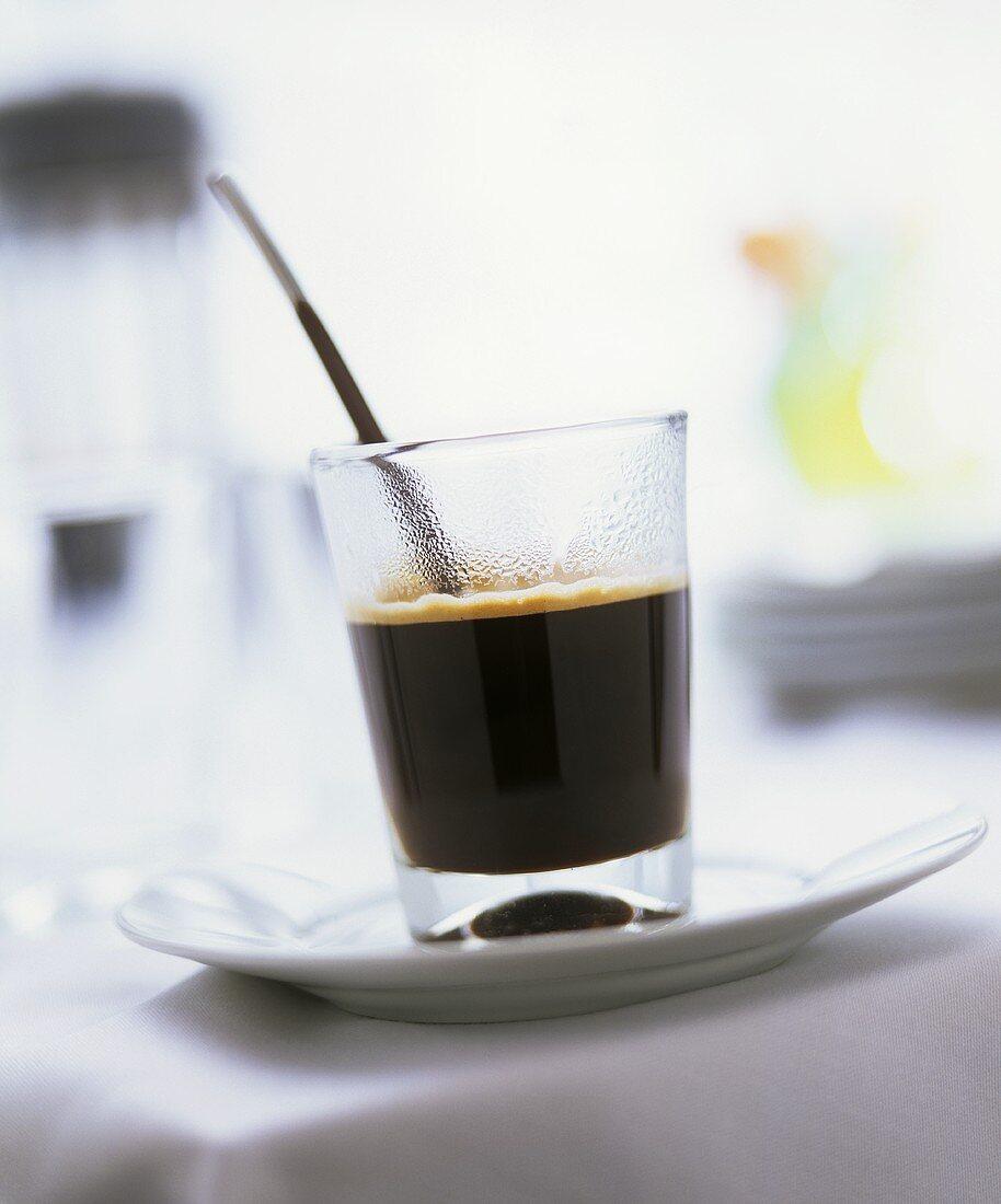 Special Coffee (Kaffee mit Brandy), serviert mit Schokolöffel
