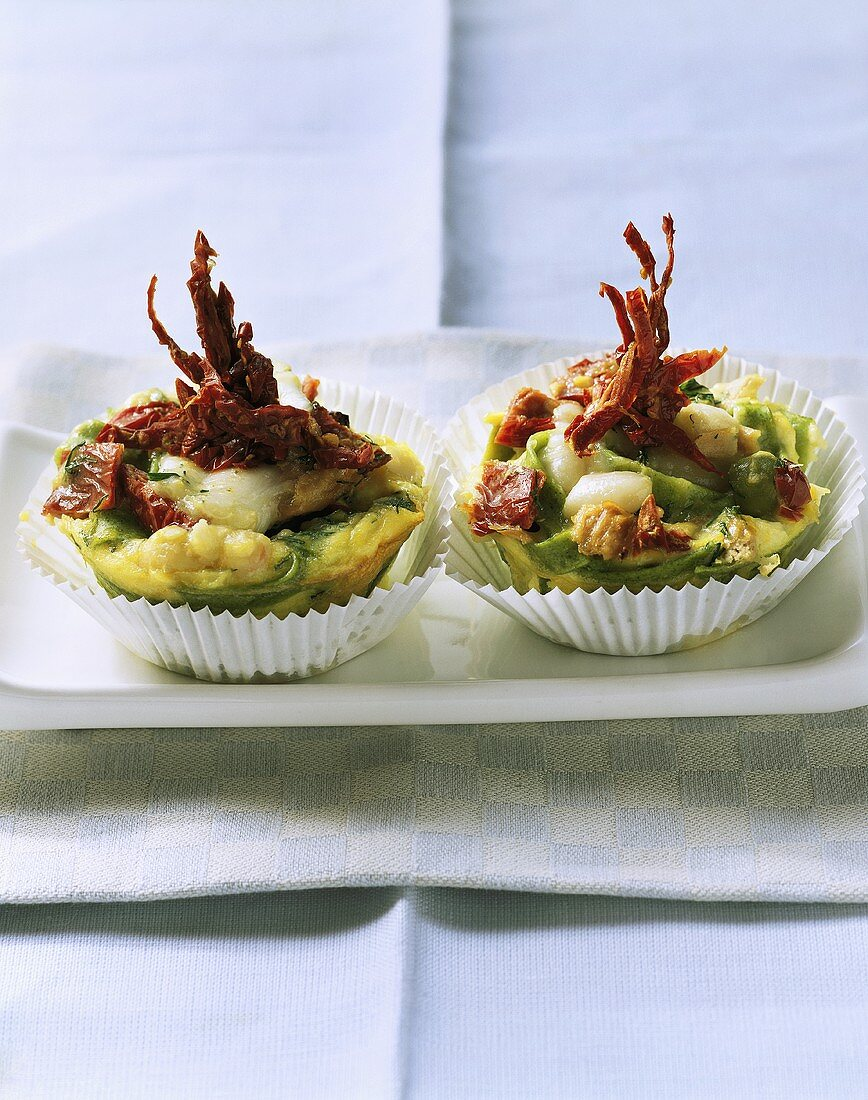 Noodle muffins with tuna and dried tomatoes