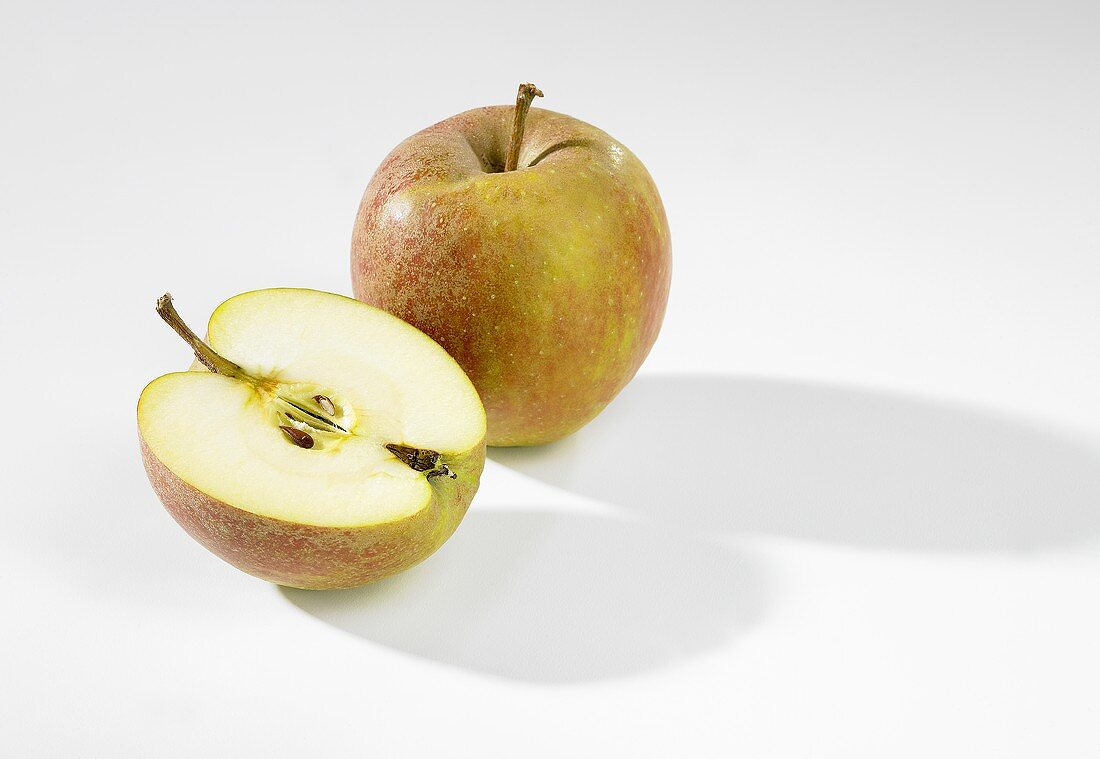 Whole apple and half apple (Boskop)