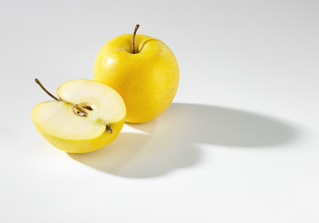 Whole apple and half apple (Golden Delicious)