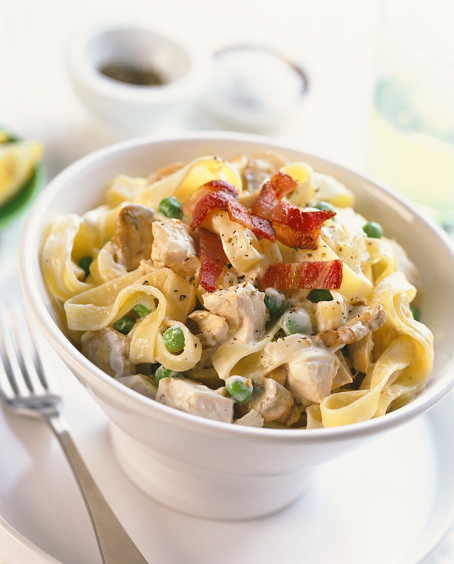 Ribbon noodles with chicken breast, bacon, mushrooms & peas