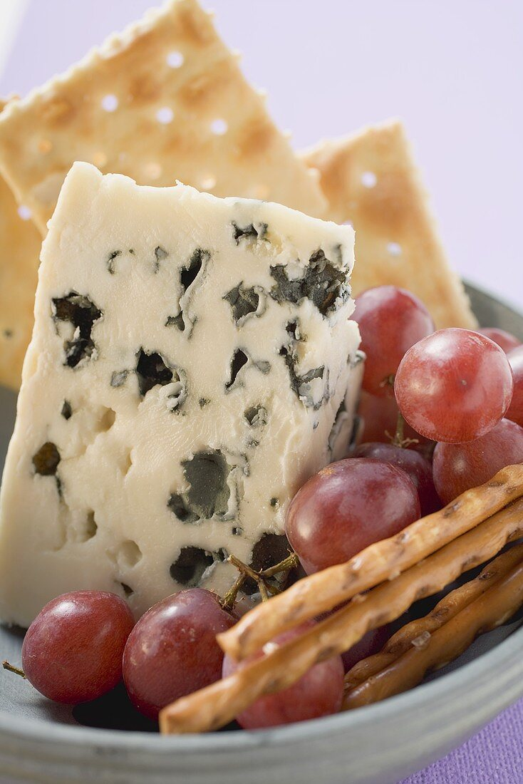 Blue cheese with grapes and nibbles