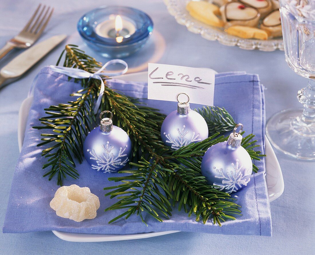 Napkin decoration with Nordmann fir, baubles and name card