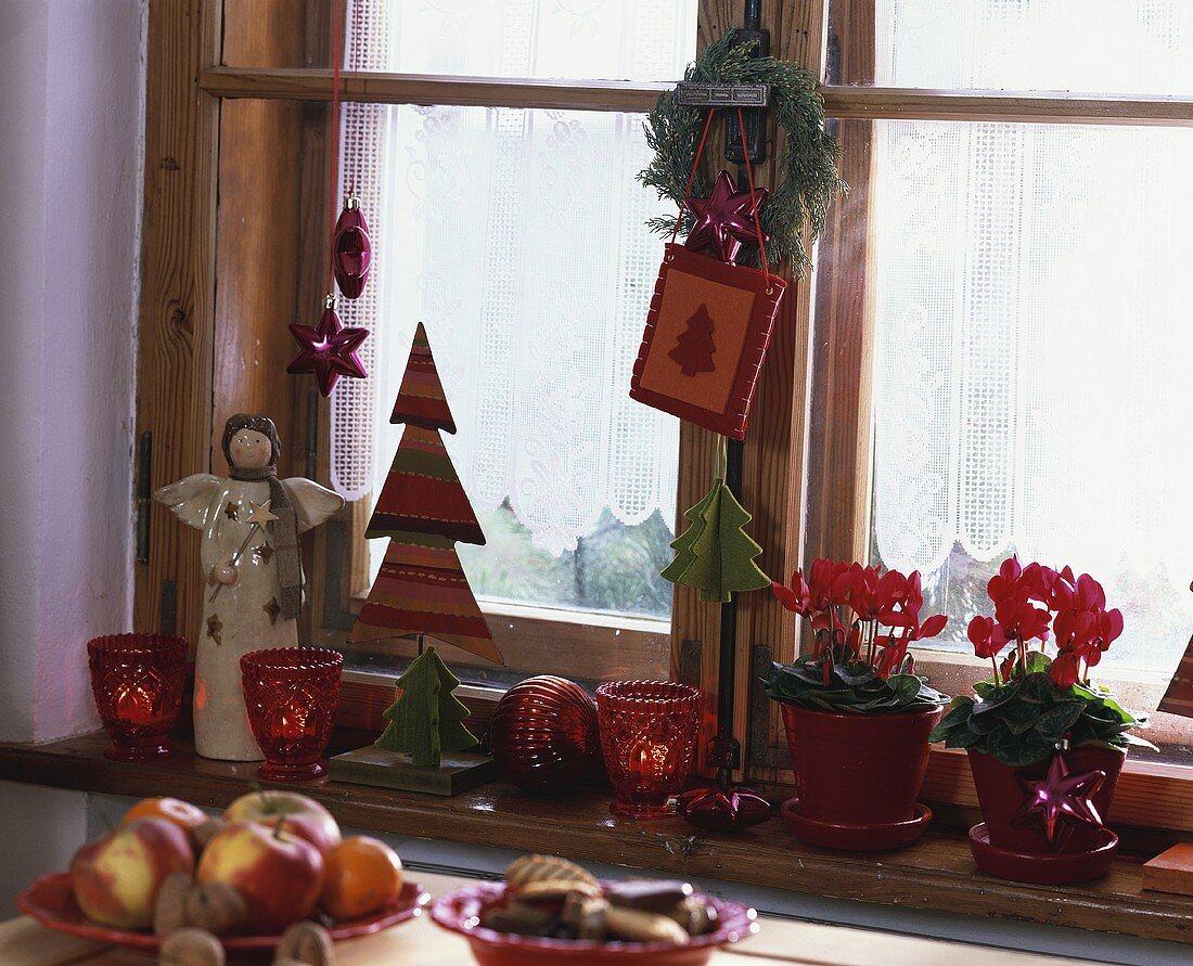 Weihnachtlich dekorierte Fensterbank