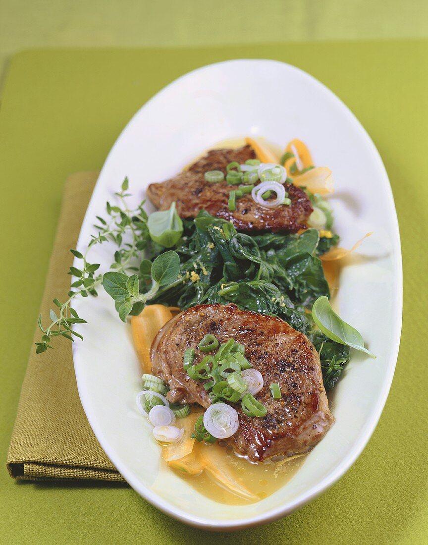 Bistecche d'agnello agli spinaci (Lamb steaks on spinach salad)