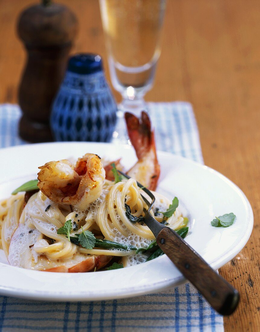 Spaghetti in tea sauce with fried prawns and red caviar