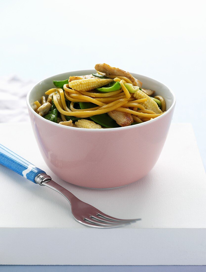 Wheat noodles with chicken, baby corn and mangetout (Asia)