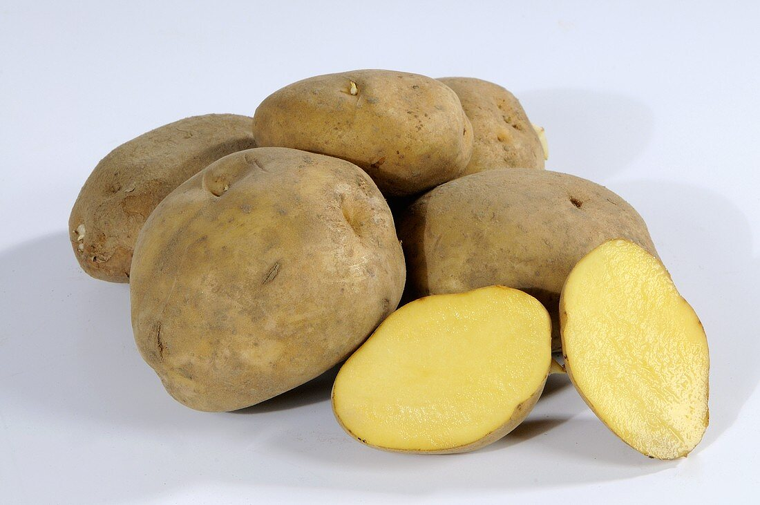 Mehrere Kartoffeln (Sorte: Ackersegen), ganz und halbiert