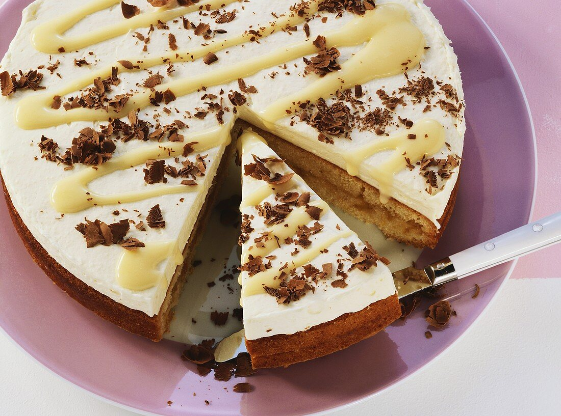 Advocaat cake, partly sliced