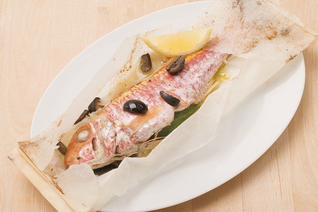 Triglia al cartoccio (red mullet with olives baked in parchment paper)
