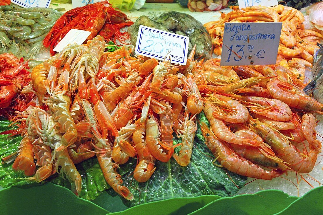 King prawns, lobster and prawns on a market stall (Mercat de St. Josep (Boqueria), Las Ramblas, Barcelona, Spain)
