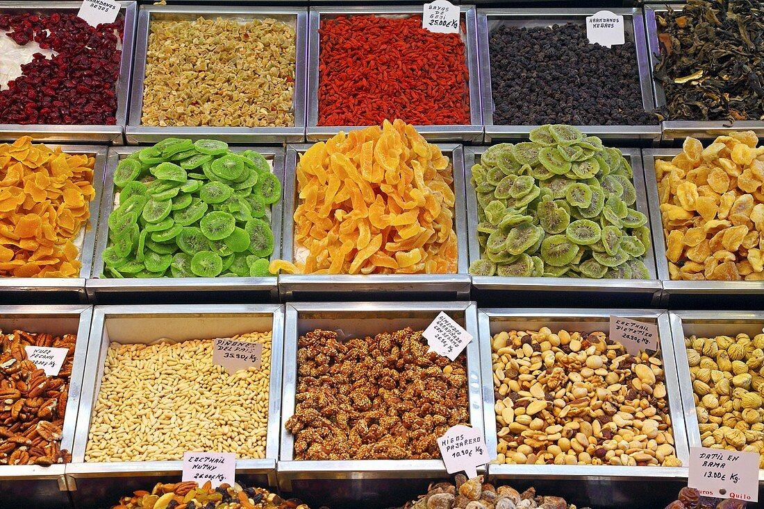 Nuts, candied fruit and raisins on a market stall (Mercat de St. Josep (Boqueria), Las Ramblas, Barcelona, Spain)