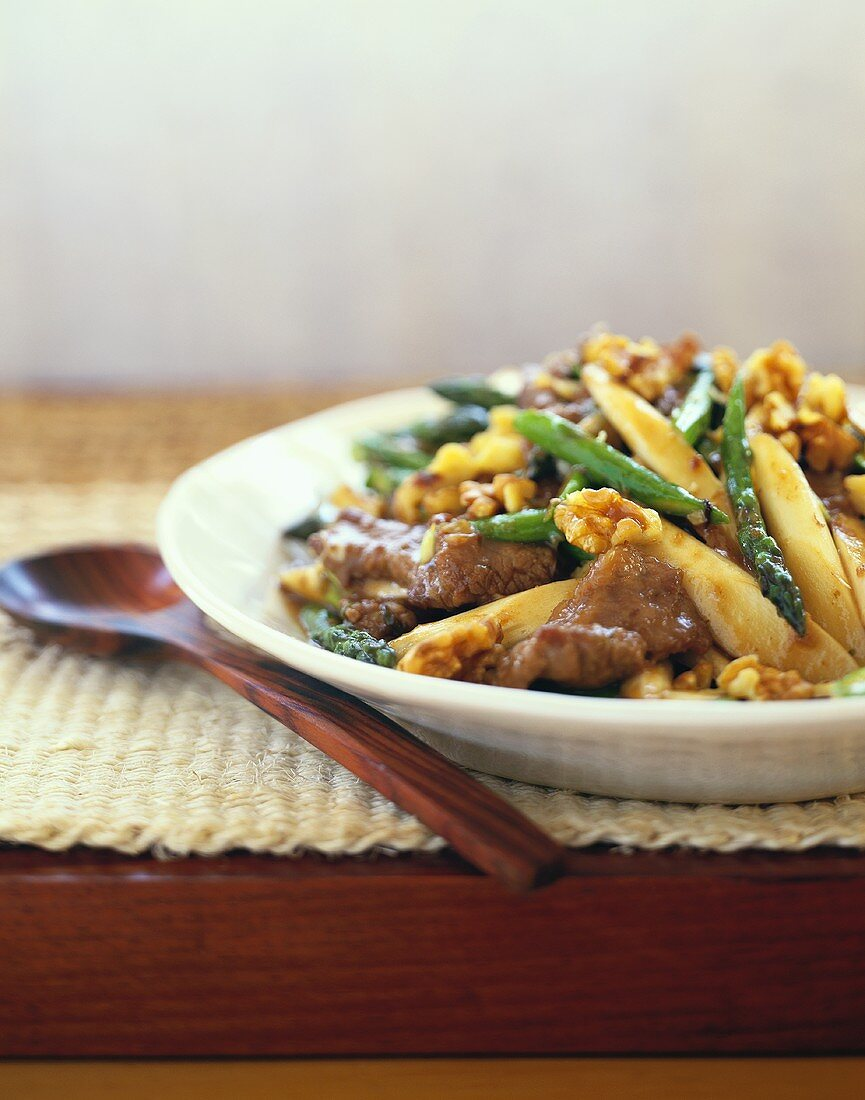 Strips of beef with asparagus and walnuts
