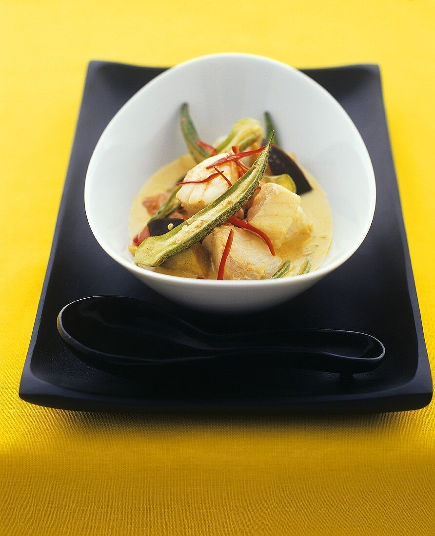 Curry soup with monkfish and okra pods