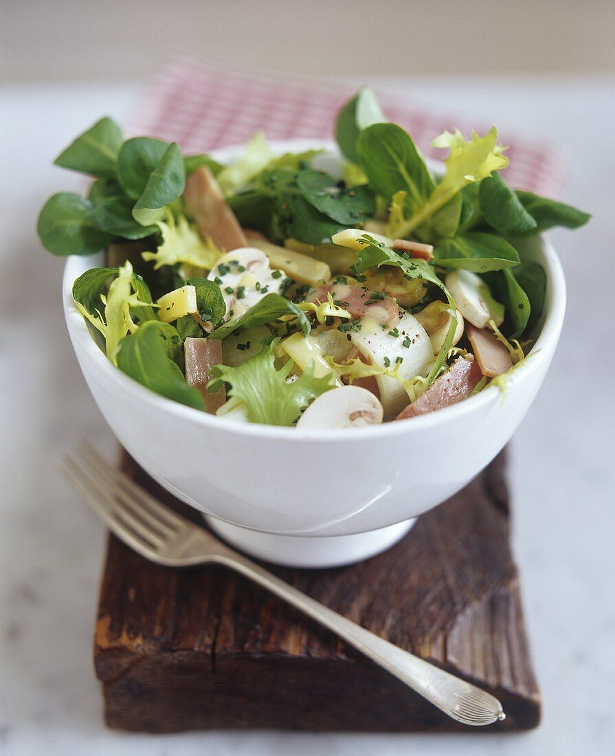 Mixed salad with Gruyère cheese, mushrooms and ham