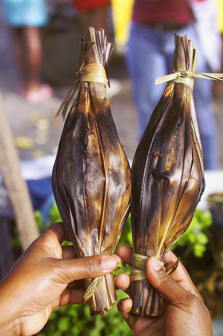 Moqueada (in Palmblätter gewickelter Fisch oder Fleisch)