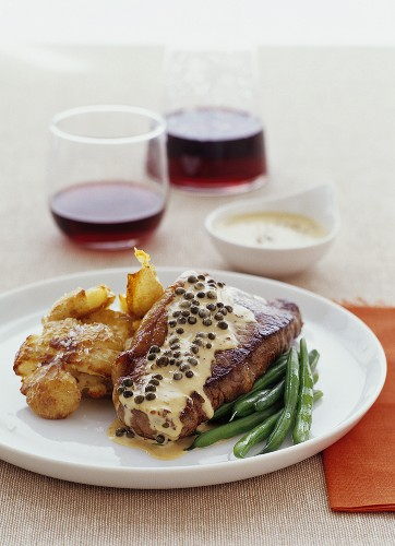Peppered steak with fried potatoes and green beans
