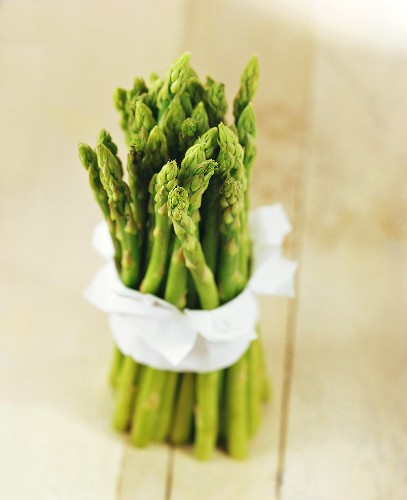 Green asparagus, tied together with white cloth
