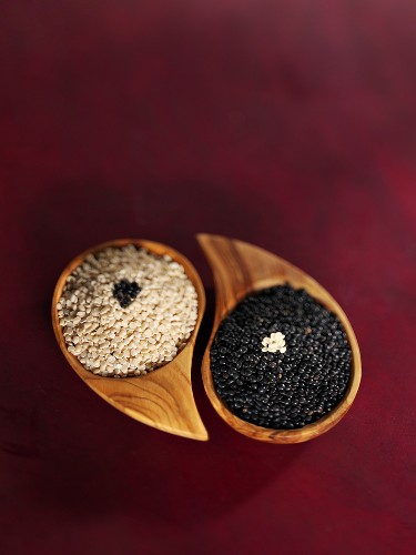 Black and white lentils in small wooden bowls