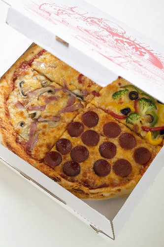 US-style ham, pepperoni & vegetable pizza in quarters