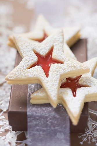 Star-shaped jam biscuits with icing sugar (Christmas)